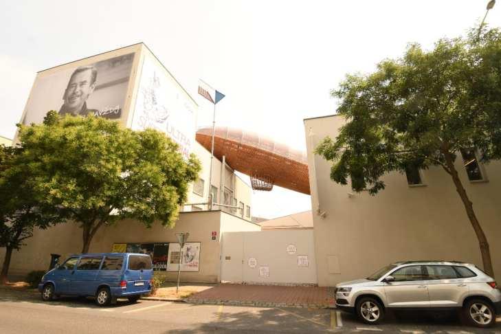 Zeppelin zwischen zwei Häusern Kunst