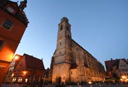 Mittelalterliche Kirche auf einem Platz im Abendlicht