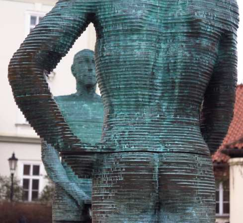 Pinkelnde grüne Statuen