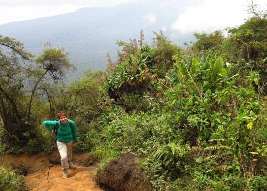 Frau steigt Berg hoch