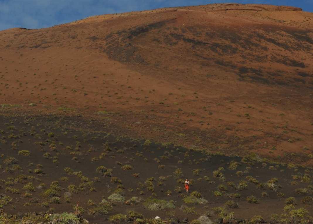 Frau wandert in Vulkanlandschaft