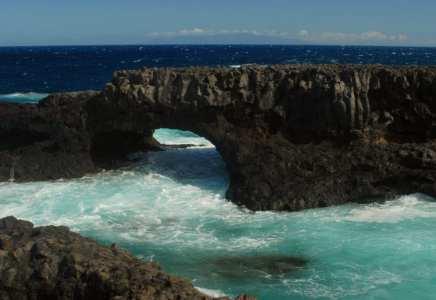Lavafelsbogen im Meer