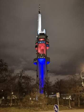 Illuminierter Fernsehturm nachts