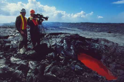 Filmteam neben Pool mit glühender Lava