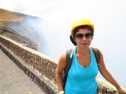 Frau mit gelbem Schutzhelm Vulkankrater