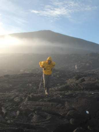 Wanderer in Vulkanlandschaft