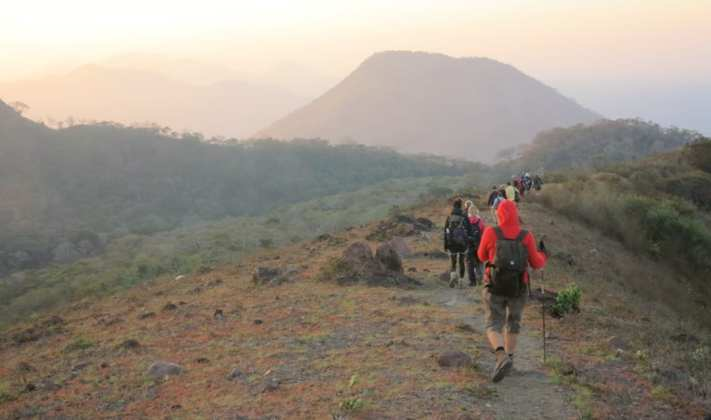 Wandergruppe in einer Vulkanlandschaft