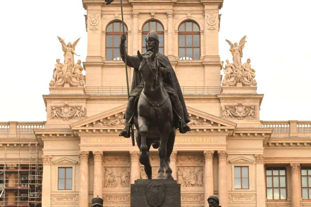 Statue eines Reiters vor Neorenaissancebau