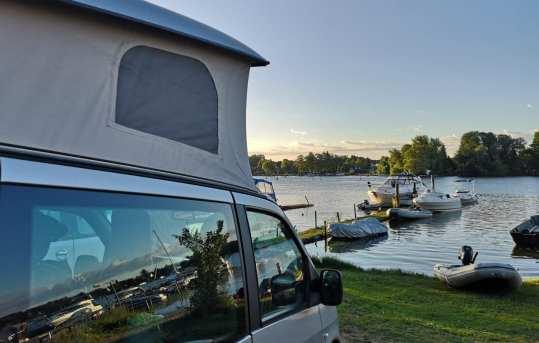 Camper mit Hubdach am Seeufer