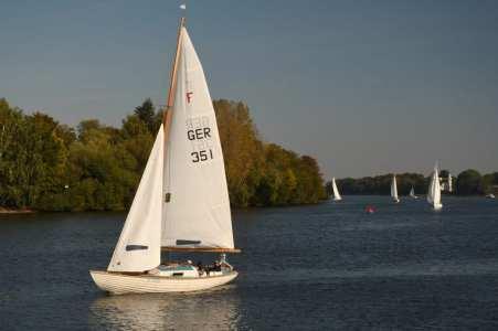 Weiße Segelboote auf blauem Wasser