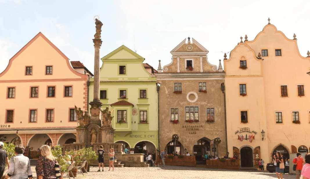 Historischer Marktplatz mit Pestsäule