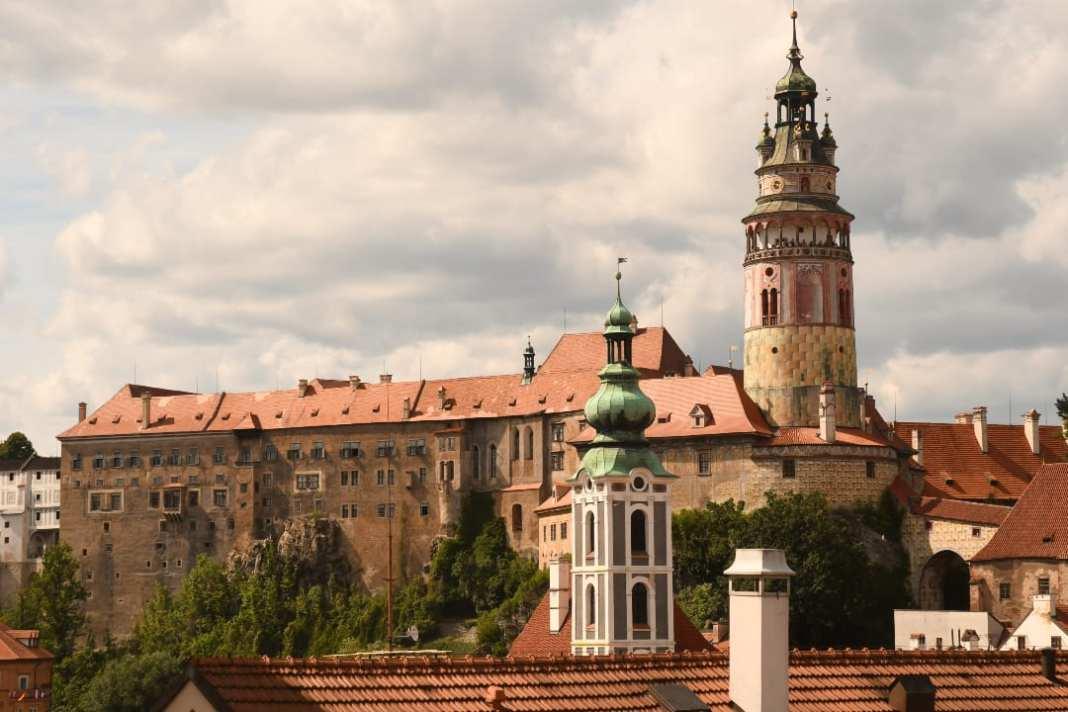 Schloss mit Rundturm über einer historischen Stadt