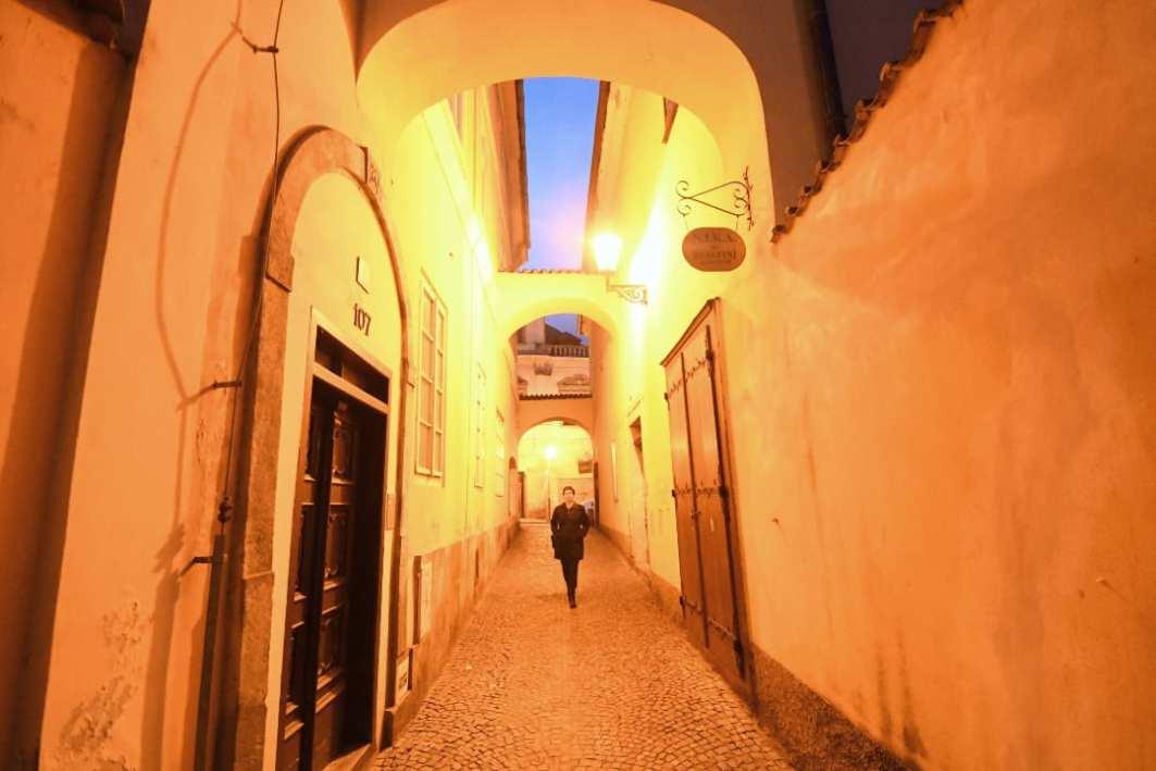 Malerische Altstadtgasse im Abendlicht