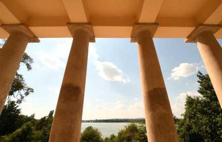 Tempelartiges Gebäude samt Säulen