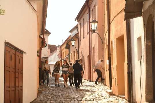 Kopfsteinpflastergasse einer historischen Altstadt