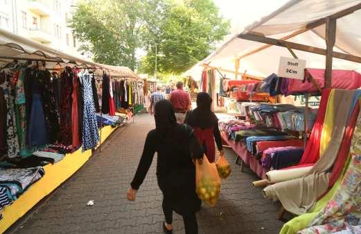 Frauen mit Kopftüchern auf einem Markt