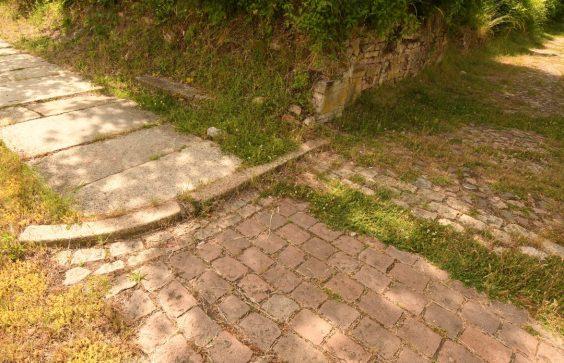 Bordsteinkanten einer Ruinenstadt