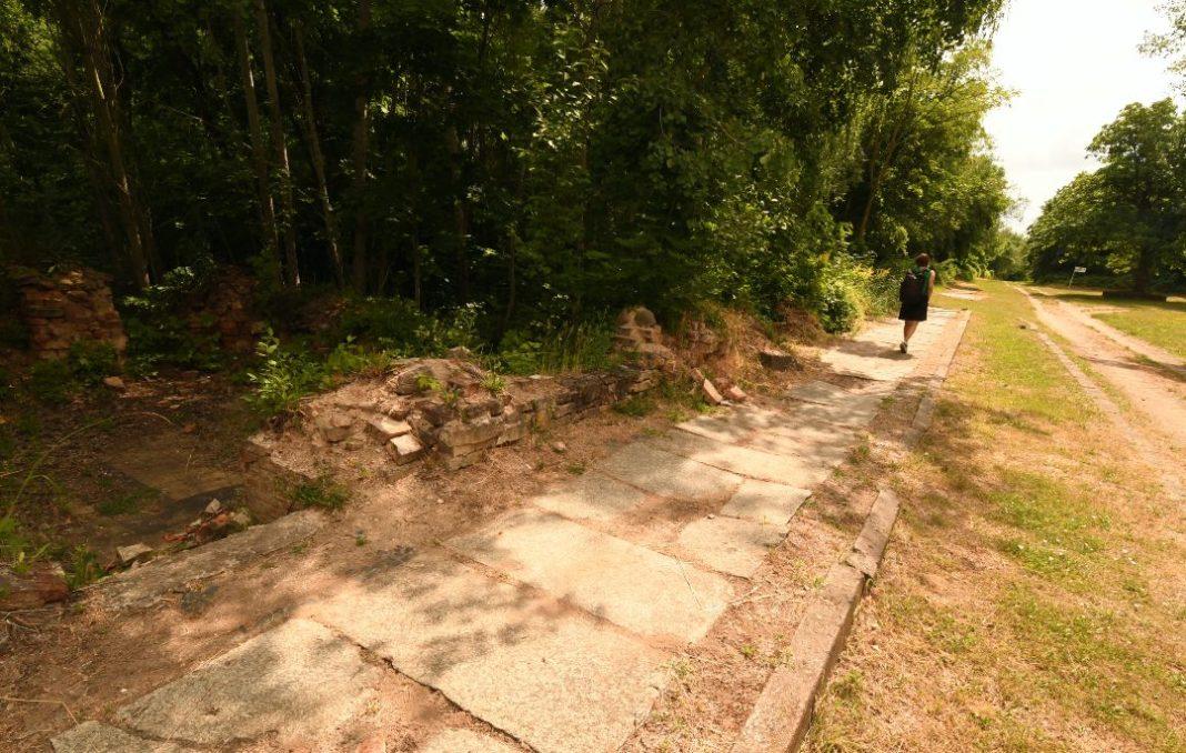 Granitpflasterweg im Nirgendwo