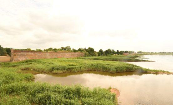 Mauern einer festung in sumpfiger Flusslandschaft