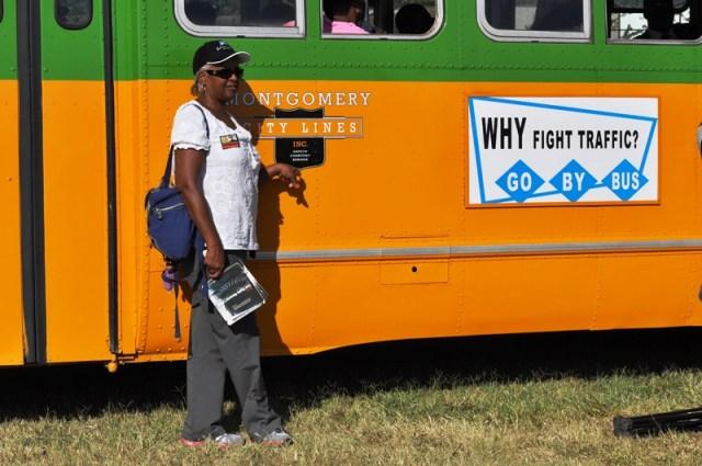 Giấc mơ bên cạnh chiếc xe Montgomery của Rosa Parks. Ảnh: HM