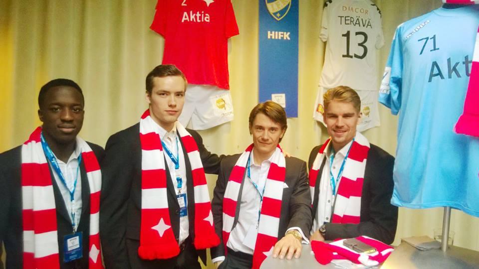 Klikkaa kuvaa ja hanki yhtä tyylikkäät kaulahuivit kuin nämä herrat! Kuvassa Nnaemeka Anyamele (vas.), Carljohan Eriksson, Pekka Sihvola ja Esa Terävä.