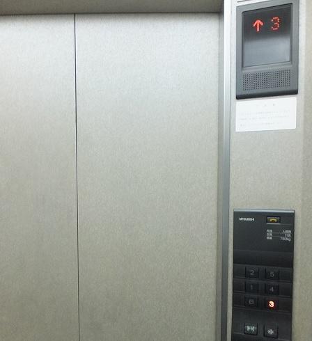 ゴリラクリニック横浜院へ向かうエレベータ:ドキドキです