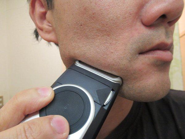 モバイルシェーバーブラウンm-90で髭を剃る