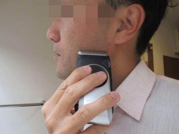 ヒゲを剃ります:電池式携帯シェーバーM90