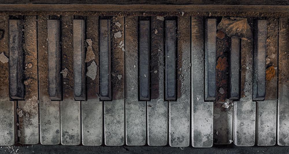 A photo of a broken piano