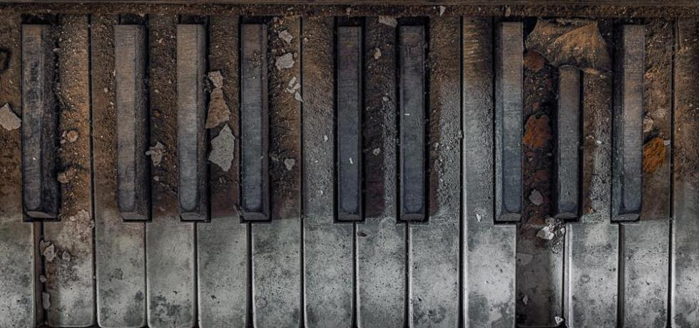 A photo of a broken piano