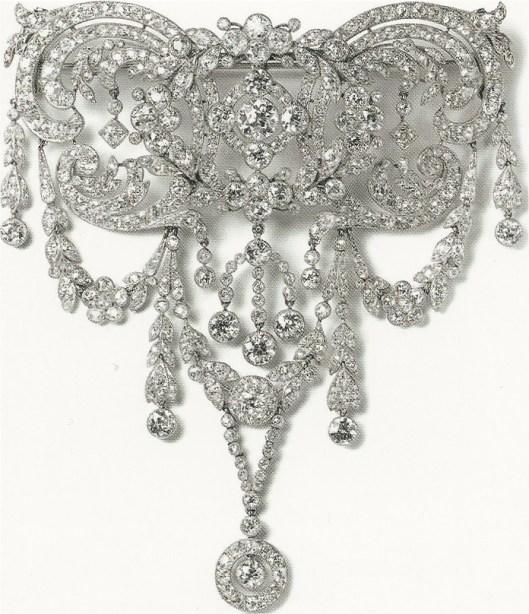 Cartier devant de corsage, Cartier Paris, 1912. Platine, diamants ronds taille ancienne et rose, serti millegrain. Le centre se détache pour être porte en broche. Le diamant du bas est suspendu librement dans son anneau.
