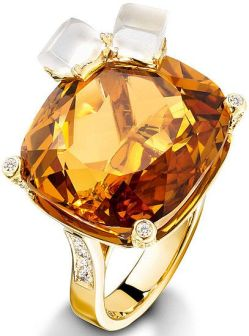 Piaget Wisky on the Rocks cocktail inspiration ring in 18K yellow gold, set with one cushion-cut citrine (approx. 27 ct), 2 quartz cut in the shape of ice cubes (approx. 1.9 ct) and 100 brilliant-cut diamonds (approx. 0.74 ct).