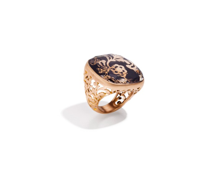 Victoria Ring in matt pink gold with jais and rock crystal.