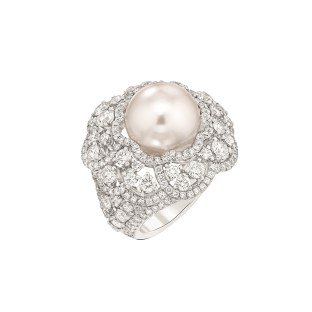 """Les Intemporels de Chanel. """"Camélia Exquis"""" ring in 18K white gold set with 230 brilliant-cut diamonds for a total weight of 4.4 carats and an Indonesian cultured pearl."""