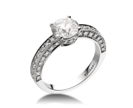 Dedicata a Venezia: 1503 solitaire ring in platinum with round brilliant cut diamond and pavé diamonds. Available from 0.30 ct. Named after the year in which the first engagement ring was exchanged in Venice.