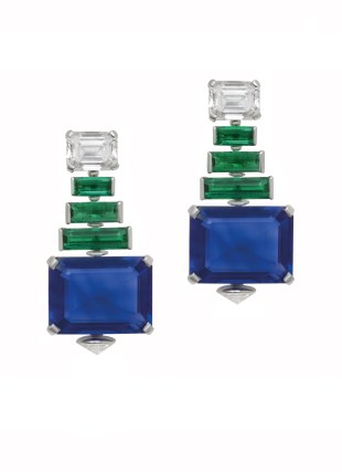 High Jewellery earring in white gold and platinum with 2 octagonal step cut blue Burma sapphires (25.58 ct), 6 baguette emeralds (4.02 ct), 2 emerald cut diamonds (4.08 ct) and 2 oval brilliant cut diamonds (1.05 ct).