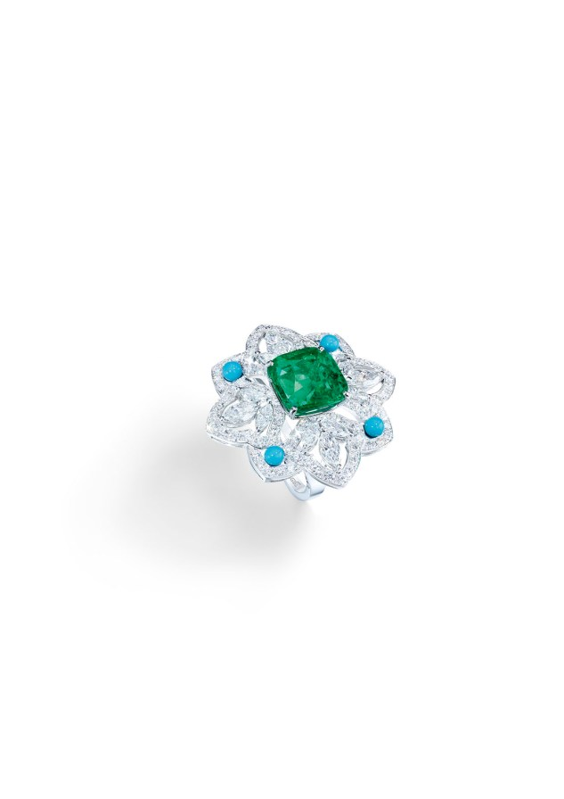 Ring in 18K white gold set with 1 cushion-cut emerald (approx. 7.29 cts), 12 marquise-cut diamonds (approx. 1.20 cts), 4 turquoise beads (approx. 0.50 ct) and 130 brilliant-cut diamonds (approx. 3.12 cts).