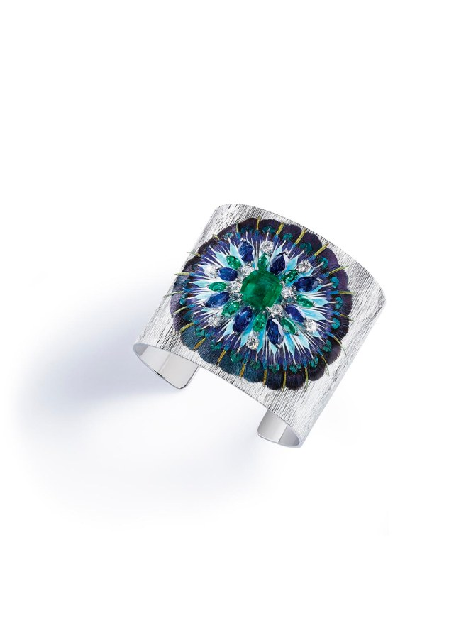 Cuff bracelet in 18K white gold set with 1 cushion-cut emerald (approx. 3.46 cts), 8 marquise-cut emeralds (approx. 4.80 cts), 8 marquise-cut blue sapphires (approx. 7.66 cts), 10 brilliant-cut diamonds (approx. 1.08 cts) and feathers.