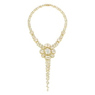 """Magnétique"" necklace in 18K yellow gold set with a 1.5-carat oval-cut diamond, 1151 brilliant-cut diamonds for a total weight of 21.2 carats and 28 cabochon-cut crystals for a total weight of 101 carats. CHANEL Joaillerie"