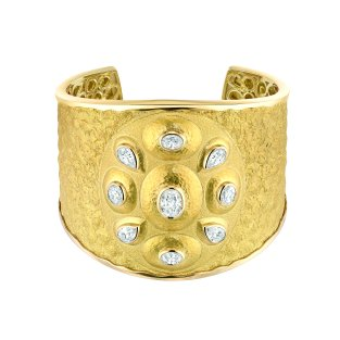 """Solaire"" cuff in 18K yellow gold set with a 1.5-carat oval-cut diamond, 4 ovalcut diamonds for a total weight of 2 carats and 4 pear-cut diamonds for a total weight of 2 carats. CHANEL Joaillerie"