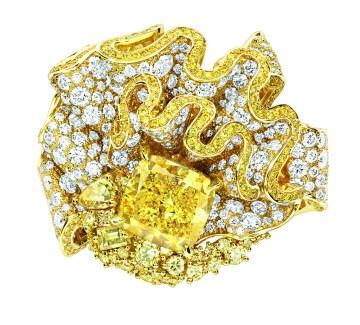 Fronce Diamant Jaune Ring. 750/1000 yellow gold, diamonds and yellow diamonds.