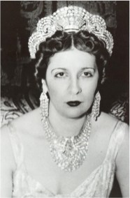 Queen Nazli (1894-1978), mother of Egypt's King Farouk, commissioned the diamond necklace and a matching tiara for the wedding ceremony of her daughter, Princess Fawzia, to the Crown Prince of Iran, Mohammad Reza Pahlavi, in 1939.