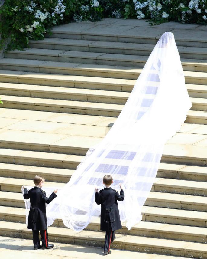 Meghan Markles가 St George 's Chapel의 계단을 오르다