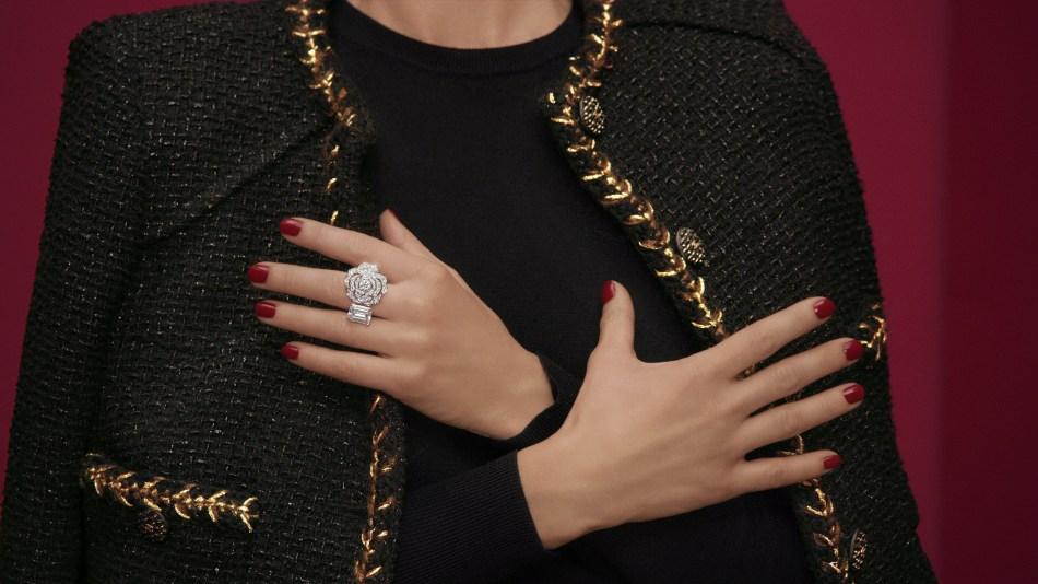 샤넬 1.5-1 Camélia, 5 Allures High Jewellery Collection. 콘트라 스테 블랑 링