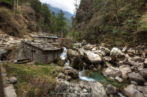 Old stone huts and river between Phakding and Monjo.