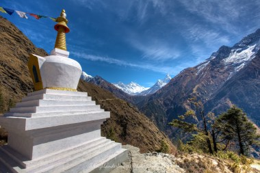 On the trail between Namche Bazaar and Tengboche there are two Budhhist stupas.