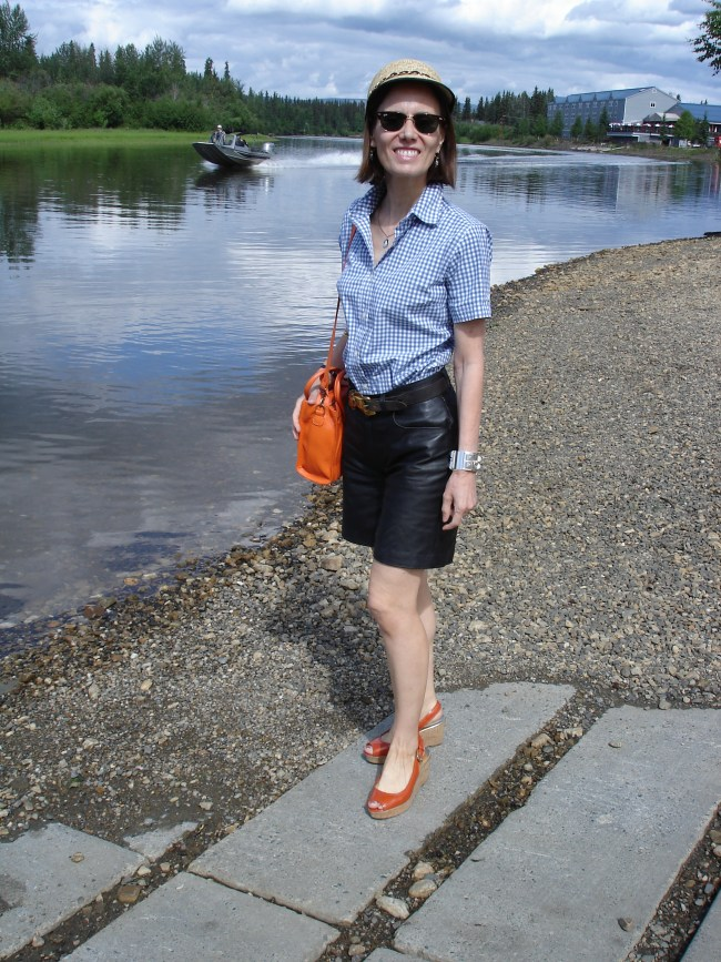 mature style blogger in posh weekend look with shorts inspired by the blue and white of the summer sky