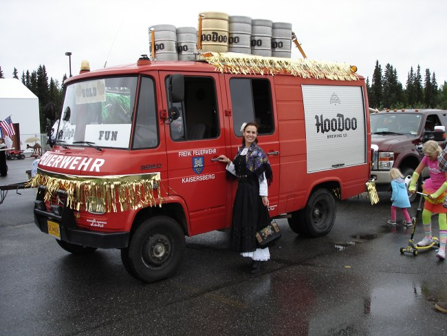 Feuerwehrauto of a local brewery and woman in Gold rush costume