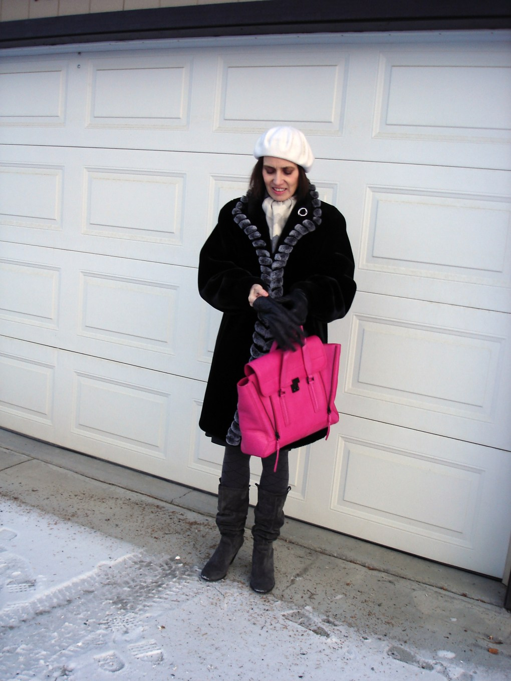 #advancedstyle woman in all neutral look with fuchsia 3.1 Philip Lim tote