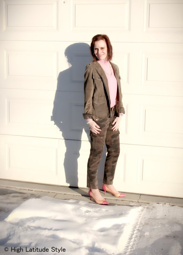#Streetstyleover50 mature woman in street chic look with pink sweater and camouflage cargo pants